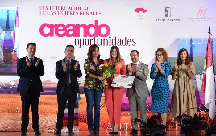 Vanesa García Tauste recoge su premio por el Día de la Mujer rural